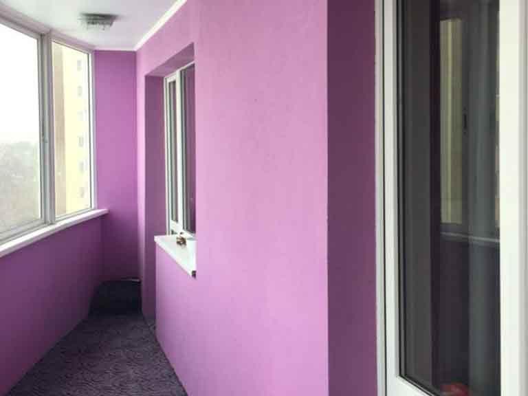 Покраска стен на балконе